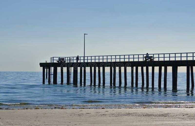海滩码头遥远的看法在下午的 免版税库存照片
