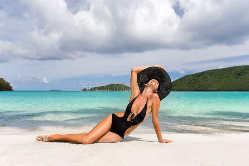 海滩端庄的妇女 免版税库存照片