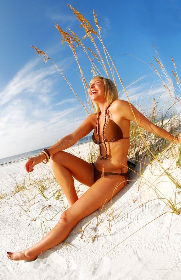 海滩笑的妇女 免版税库存图片