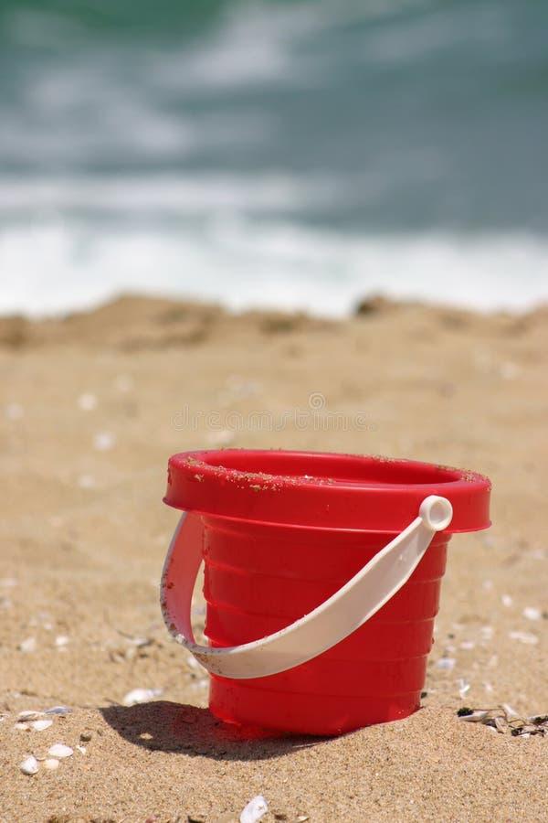 海滩红色沙子玩具 库存图片