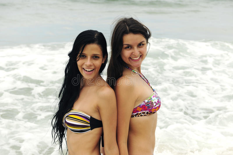 海滩美丽的二名妇女 免版税图库摄影