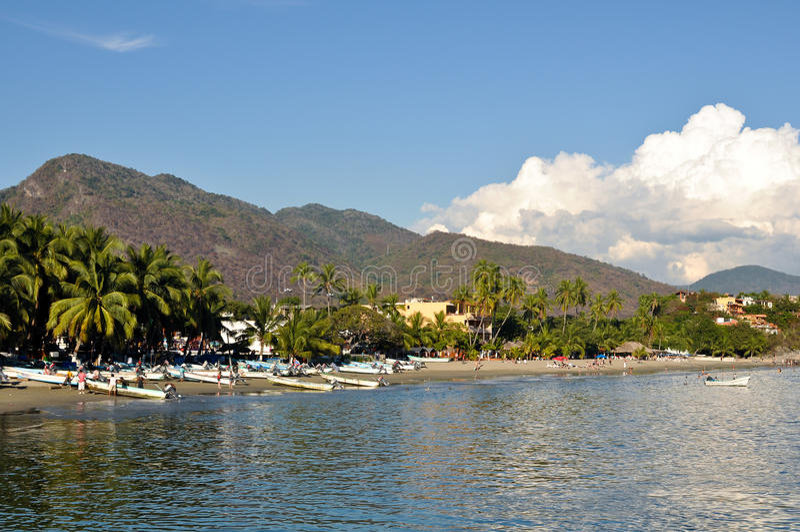 海滩美丽的墨西哥含沙zihuatanejo 免版税图库摄影
