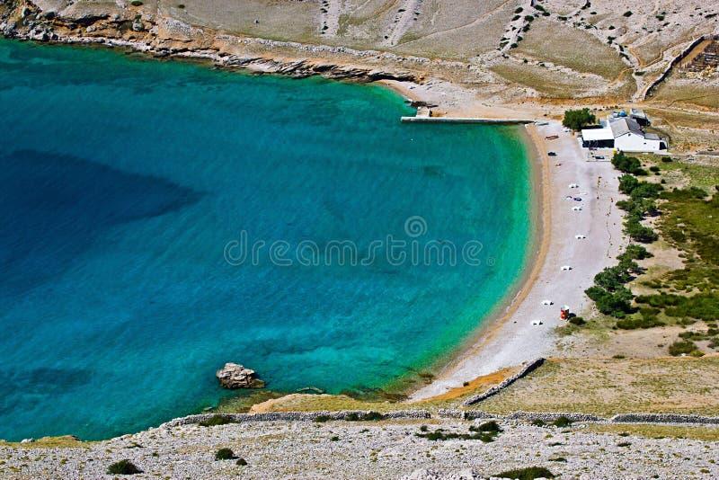 海滩美丽的干净的克罗地亚krk luka缘膜 免版税库存图片