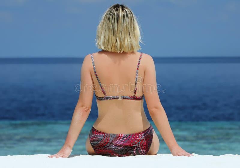 海滩美丽的思考的妇女 库存照片