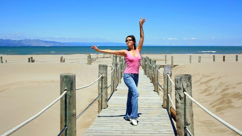 海滩美丽的摆在的西班牙妇女 库存照片