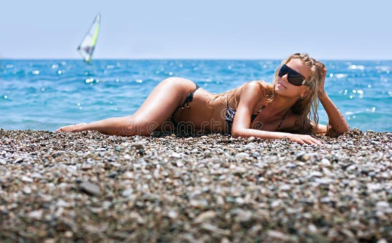 海滩美丽的松弛妇女年轻人 免版税库存照片