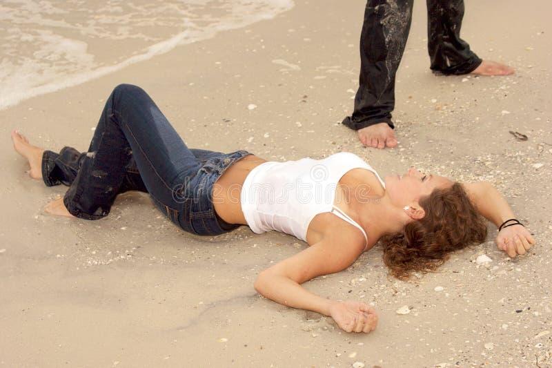 海滩美丽的牛仔裤性感的湿妇女年轻&# 免版税库存照片