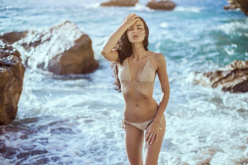 海滩美丽的纵向妇女年轻人 免版税库存图片