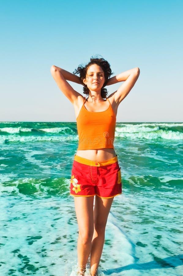 海滩美丽的闲置妇女 免版税库存图片