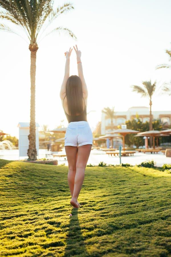海滩胜地的自由和幸福妇女 她享受自然在假日假期户外的旅行期间 免版税图库摄影