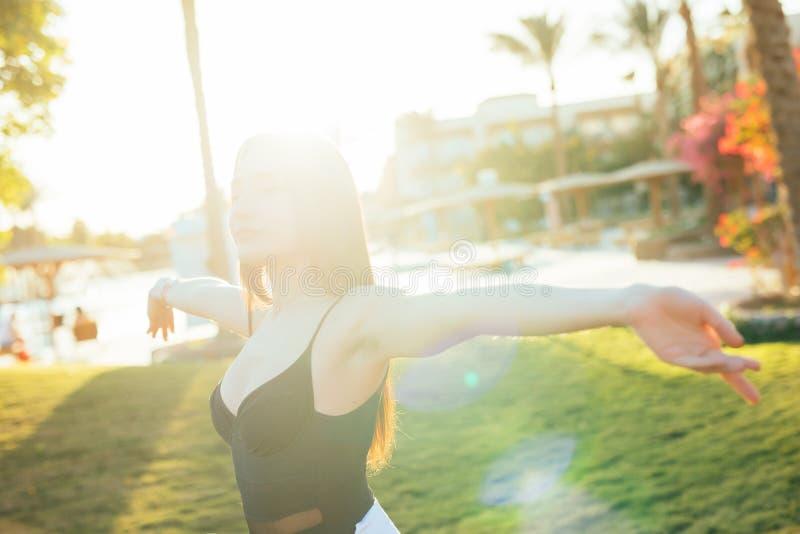 海滩胜地的自由和幸福妇女 她享受自然在假日假期户外的旅行期间 库存照片