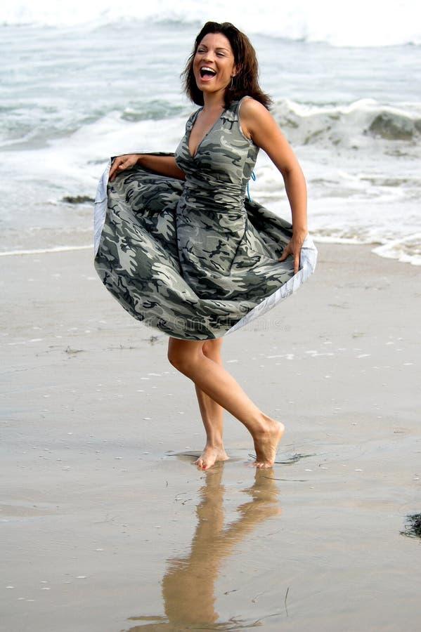 海滩舞蹈演员 免版税库存照片