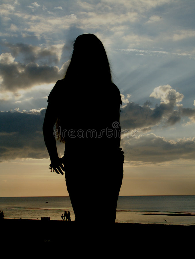 海滩苗条女孩的silhuette 库存照片