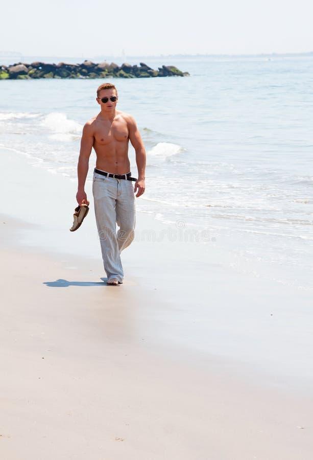 海滩英俊人走 免版税库存图片