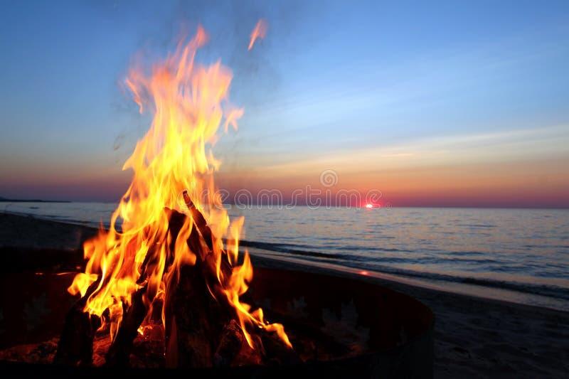 海滩营火苏必利尔湖畔 免版税库存照片