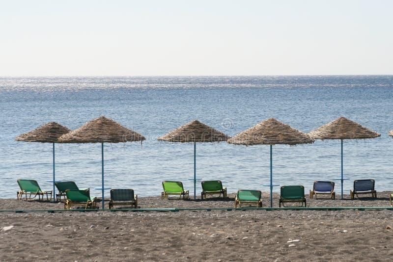 海滩行伞 库存照片