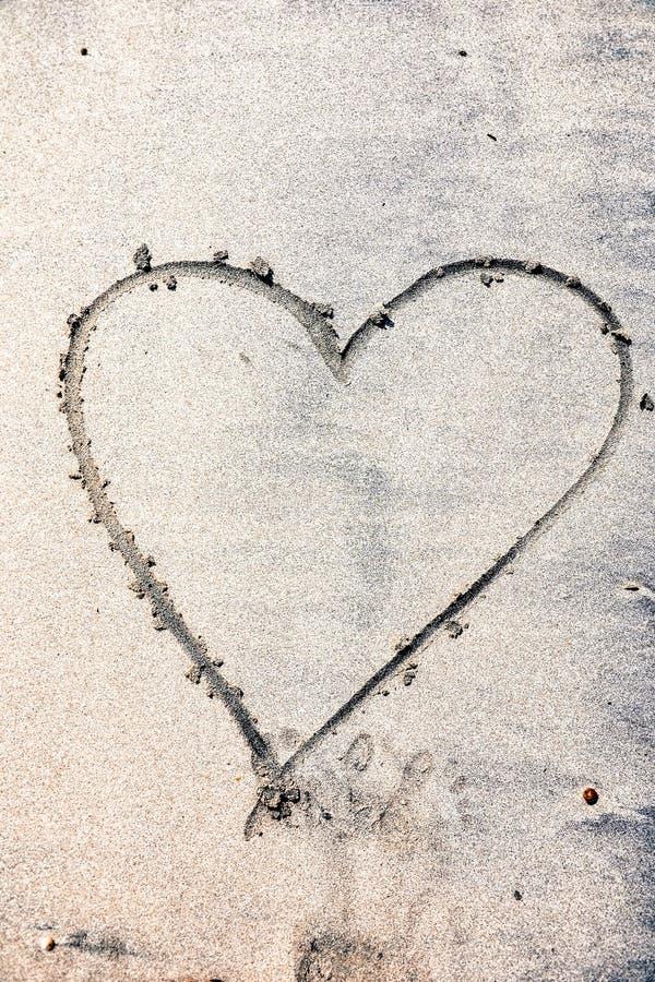 海滩被画的重点沙子 题字愉快的心脏 库存照片