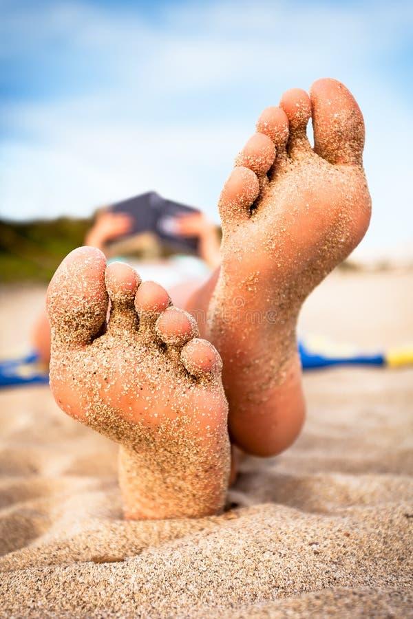 海滩读取妇女 免版税图库摄影