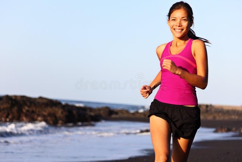 海滩赛跑者运行中 免版税图库摄影