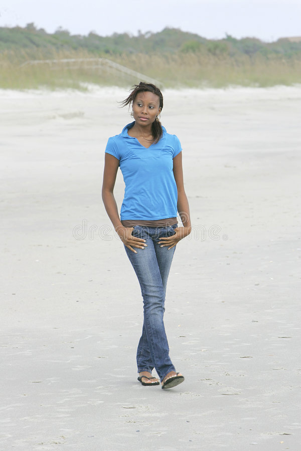 海滩走的妇女 免版税库存图片