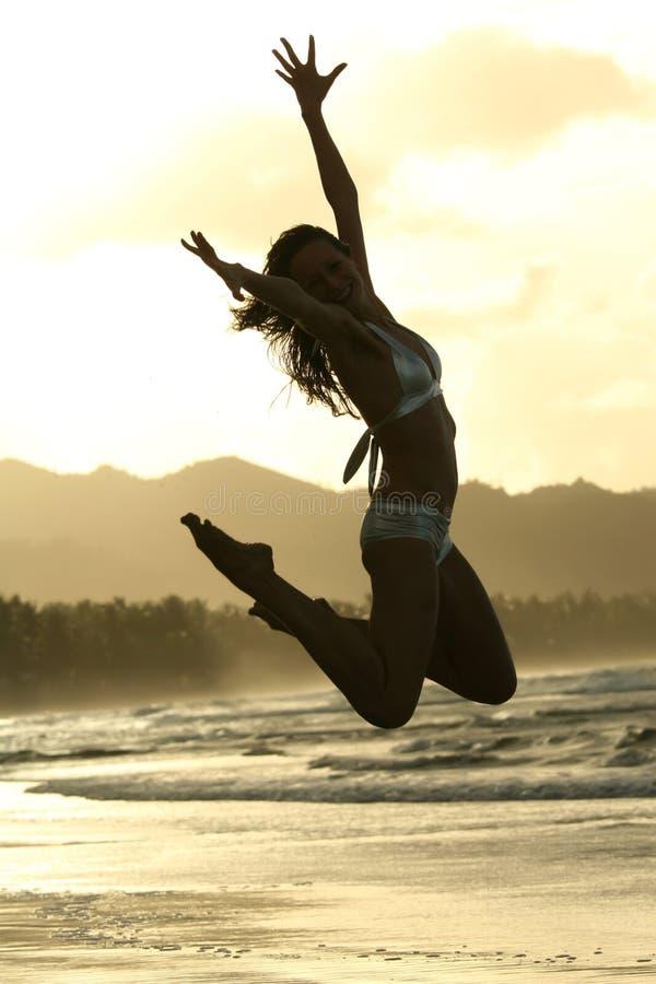 海滩跳妇女 免版税库存照片