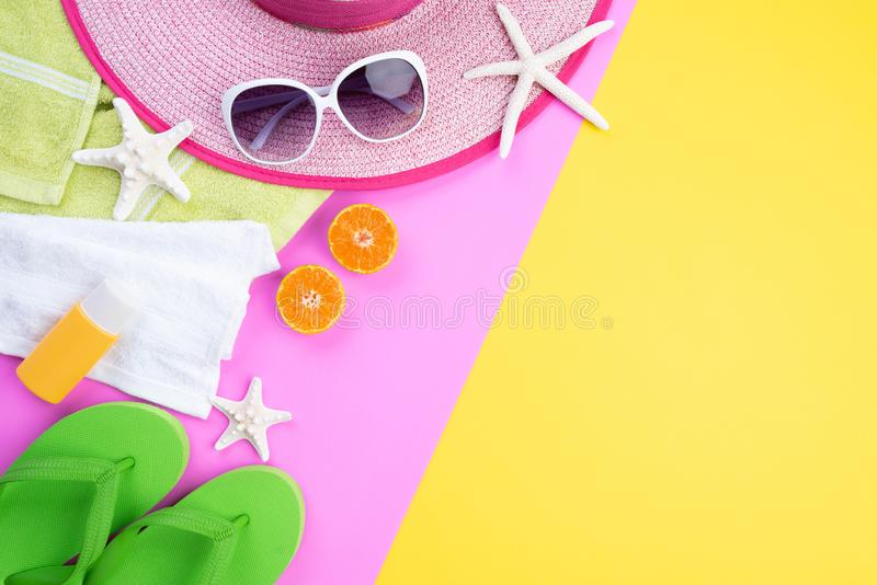 _海滩辅助部件减速火箭胶卷相机,菠萝,太阳镜,flip触发器海星海滩帽子和海壳在桃红色和黄色 免版税库存图片