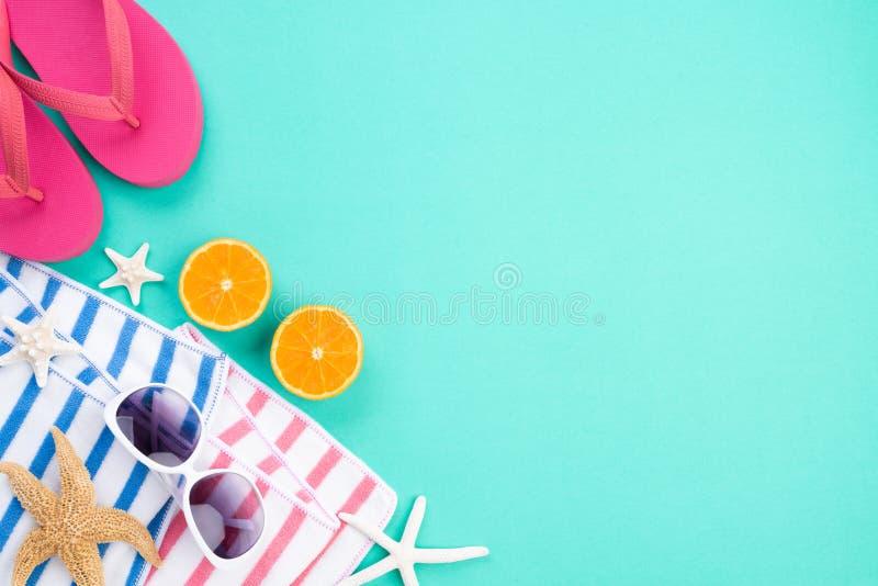 海滩辅助部件太阳镜、触发器海星、桔子一个半片断和在绿皮书背景的海壳为夏天 库存图片