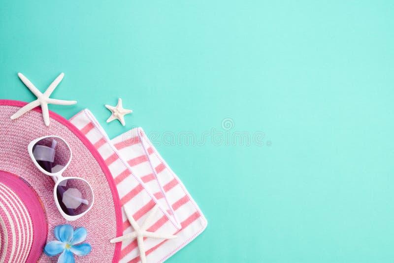 海滩辅助部件太阳镜、触发器海星海滩帽子和海壳在绿皮书背景为夏天休假和假期 免版税库存图片