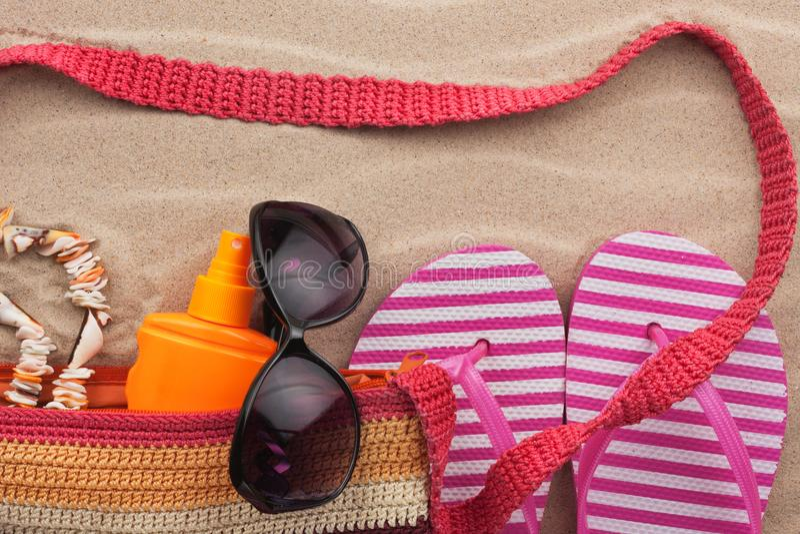 海滩辅助部件 袋子、太阳镜和触发器 您的文本的一个地方 免版税库存照片
