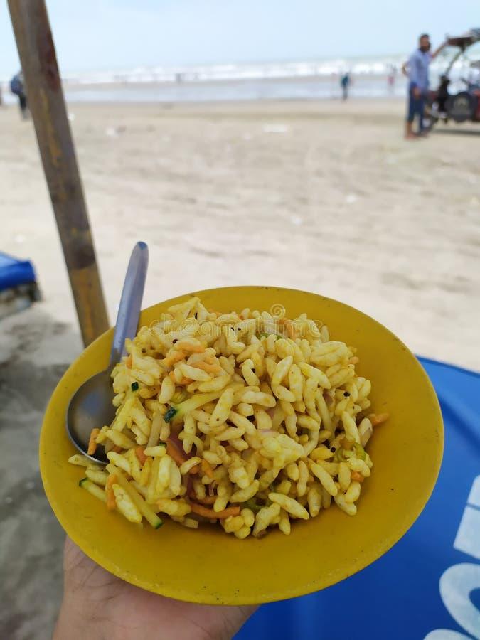 海滩边零食时间 免版税库存图片