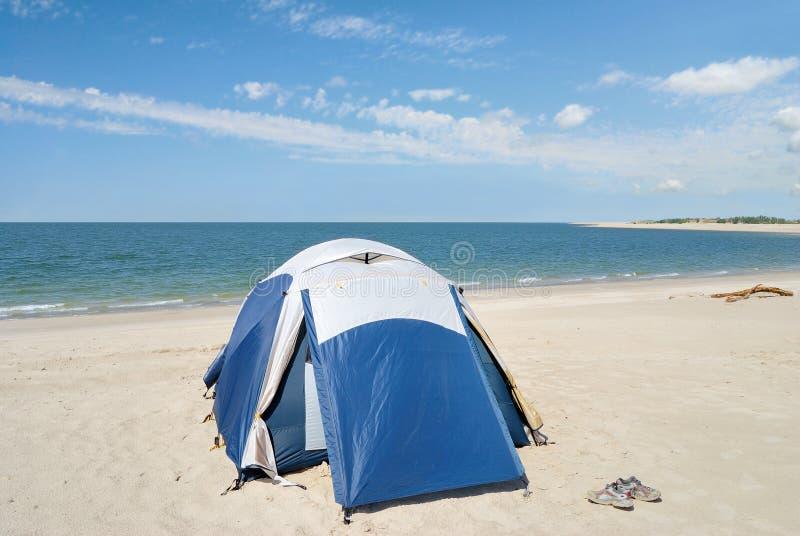 海滩野营的帐篷 免版税库存图片