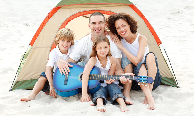 海滩野营的系列吉他使用 免版税库存照片