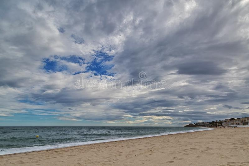 海滩阴沉的天空热带下面 免版税库存图片