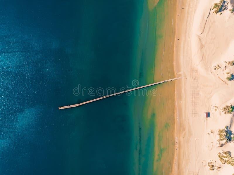 海滩顶视图与蓝色海和码头的 免版税库存图片