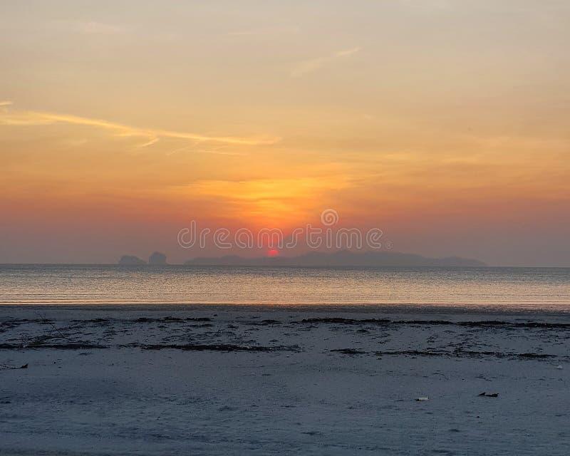 海滩风景看法反对日落天空的 免版税库存图片