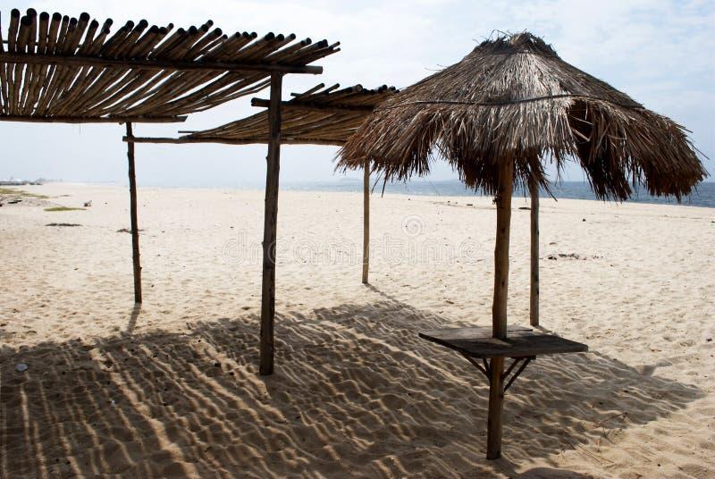 海滩风雨棚茅草屋顶 库存图片