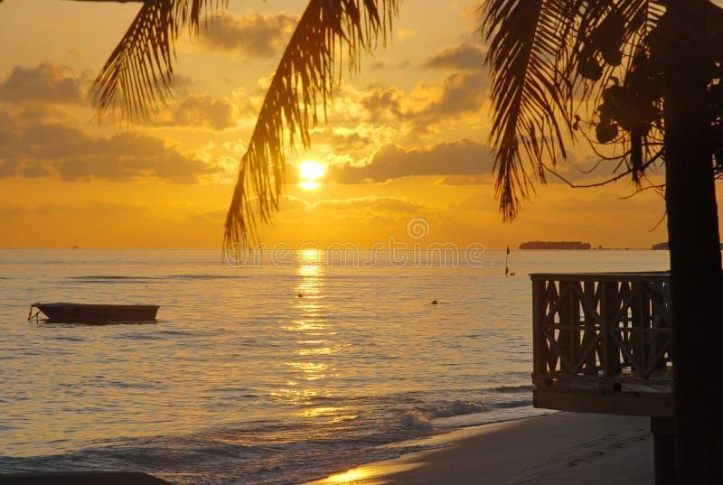 海滩马尔代夫日落 免版税库存图片
