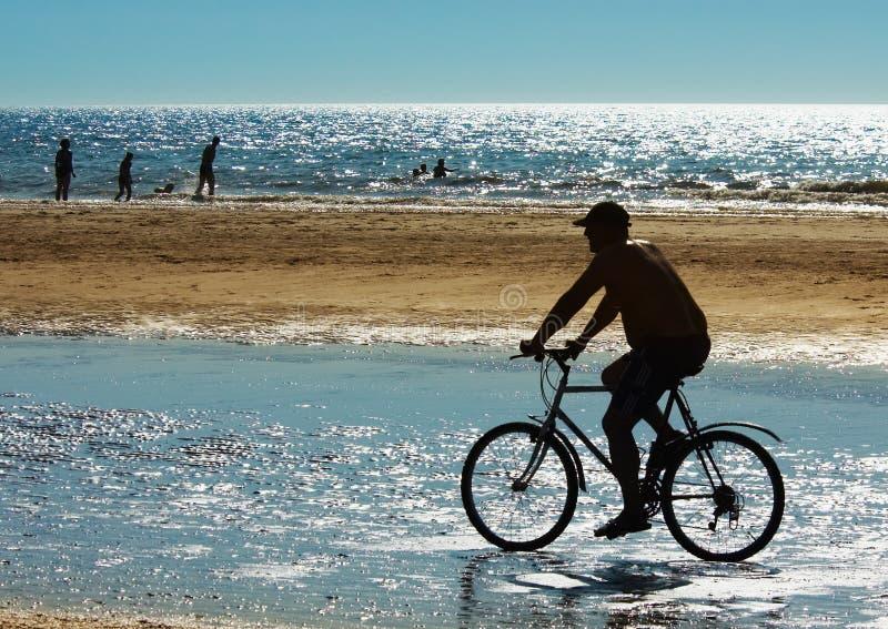 海滩骑自行车的人山 免版税图库摄影