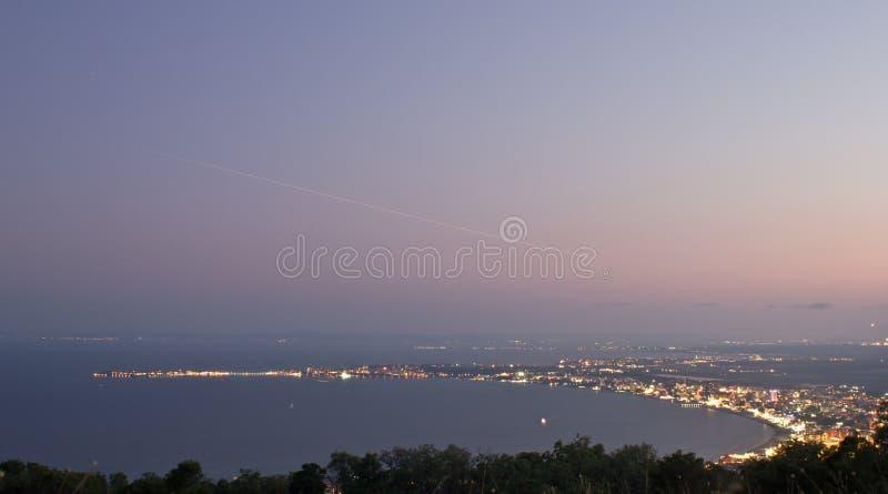 海滩高晚上晴朗的视图 免版税库存图片