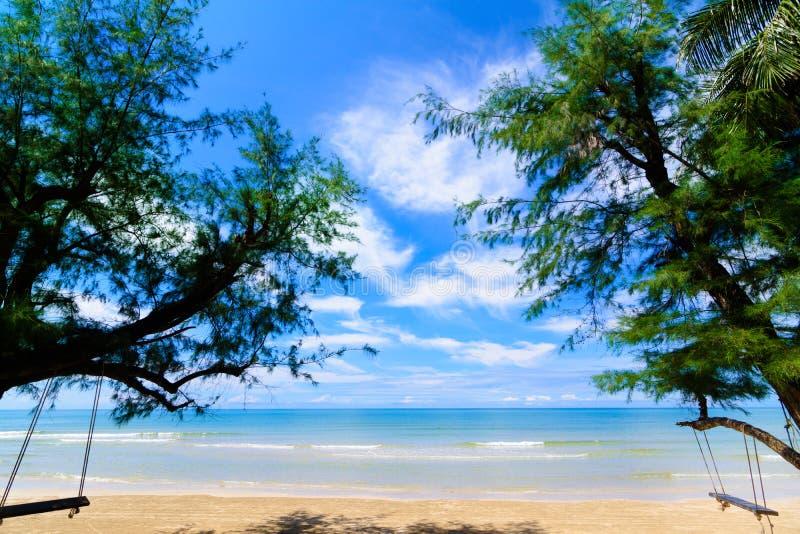 海滩,在泰国的南部的部分的一个狂放的热带海滩的风景在晴天 免版税图库摄影