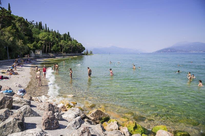 海滩2017年6月19日的加尔达湖 免版税库存图片
