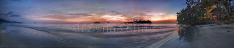 海滩chang夜间酸值全景 库存图片