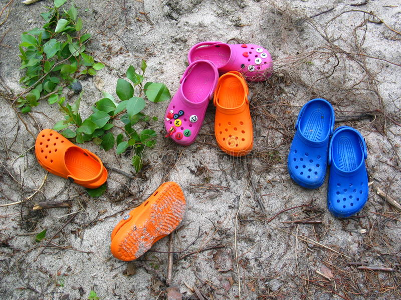 海滩crocs 库存图片