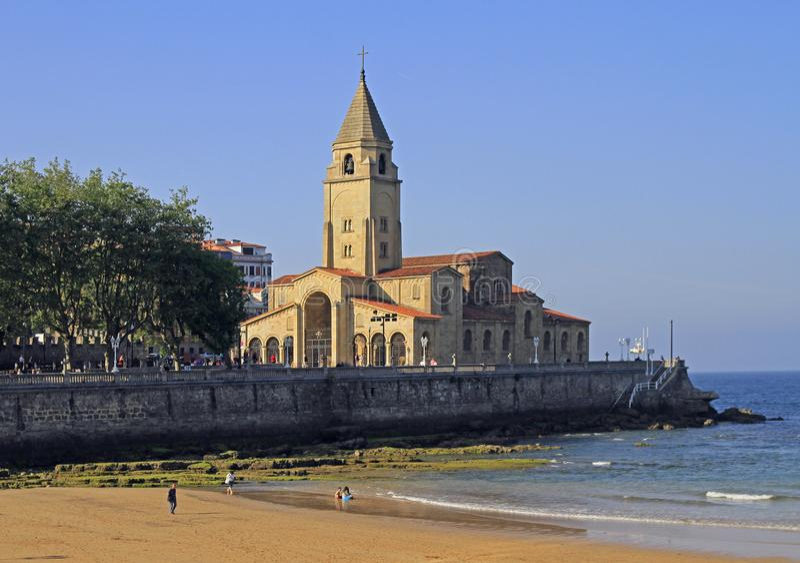 海滩Gijon城市银行的圣洛伦佐 免版税图库摄影