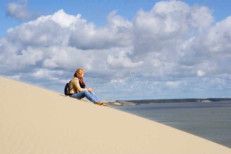 海滩seatting的妇女 免版税库存图片