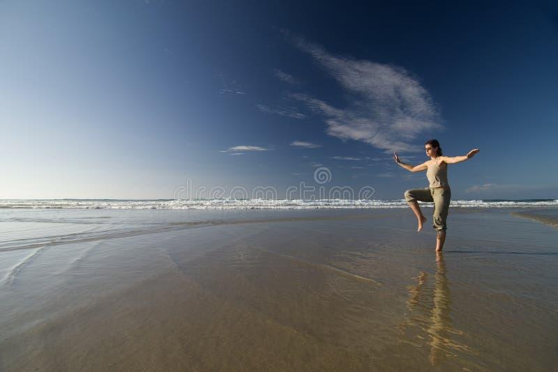 海滩taichi 免版税库存图片