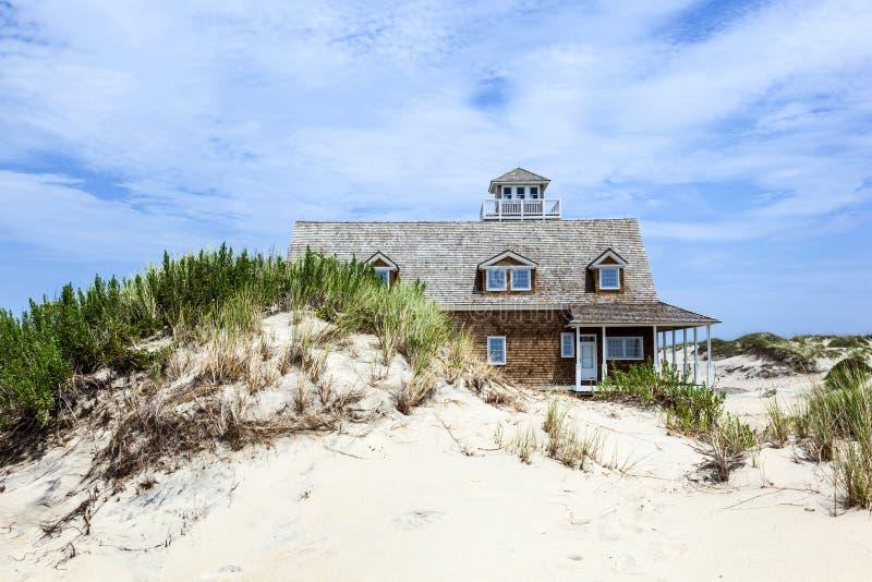 海牛海湾的木房子在缓慢地堡垒附近在沙丘  免版税库存照片