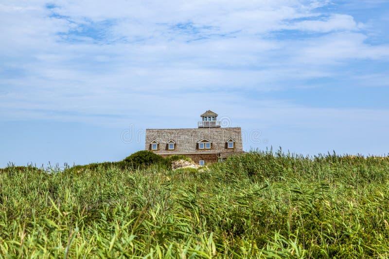 海牛海湾的木房子在缓慢地堡垒附近在沙丘  免版税库存图片