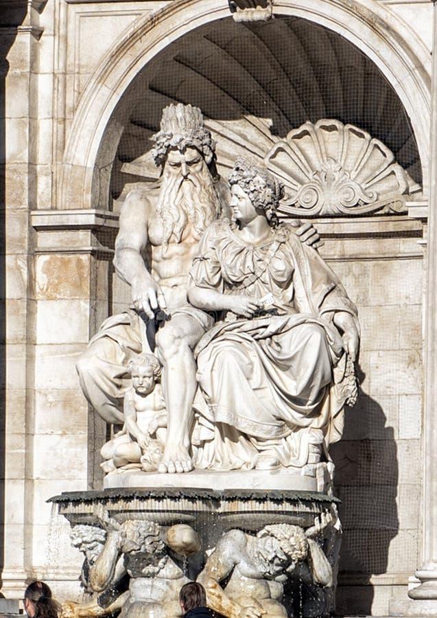 海王星喷泉阿尔贝蒂娜美术馆外,维也纳,奥地利 免版税图库摄影