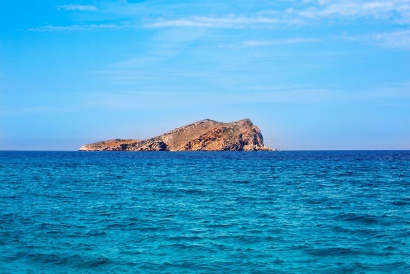 从海的伊维萨岛针茅草的海岛视图拜雷阿尔斯的 免版税库存照片